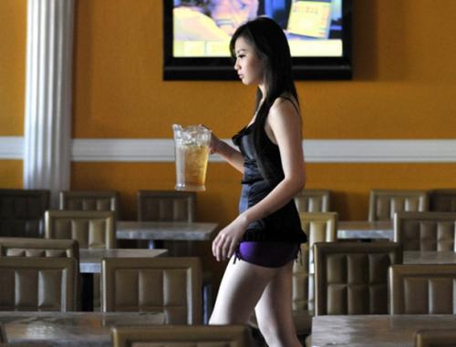 Foto Pelayan Seksi di Kafe Kopitiam Kuala Lumpur Malaysia