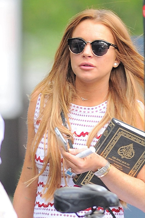 Lindsay lohan membawa Alquran @thesun.co.uk