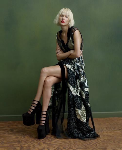 Foto Taylor Swift Seksi & Futuristik di Majalah Vogue