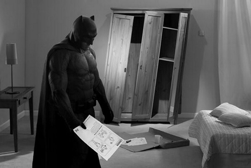 Batman sedih di kamar
