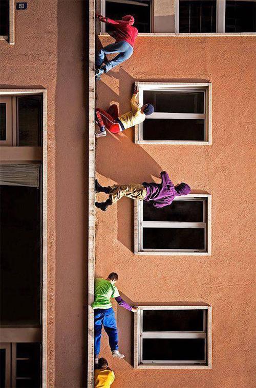 4 Pria berjalan di tembok