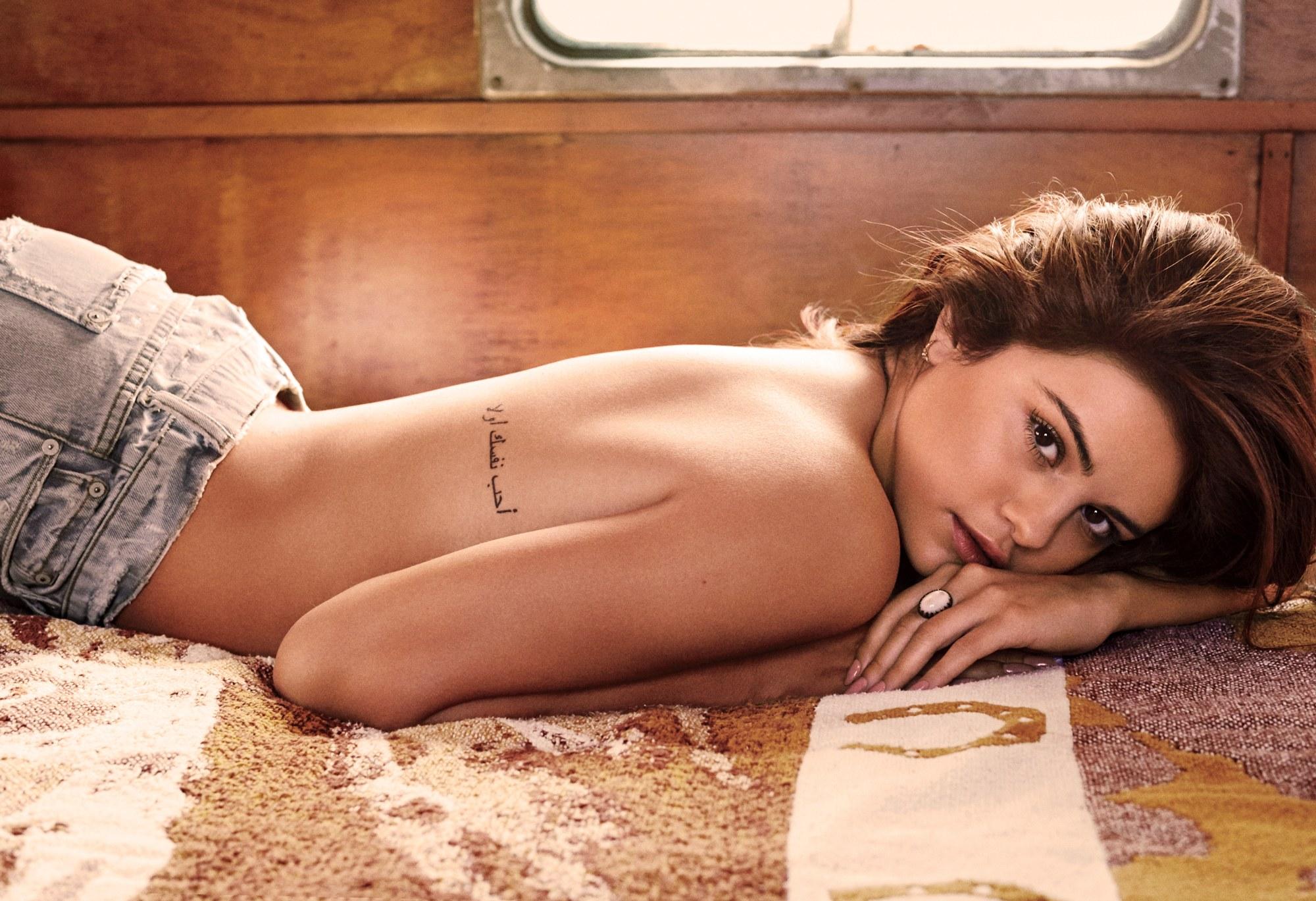 Foto Selena Gomez Topless & Pamer Tato di Majalah GQ