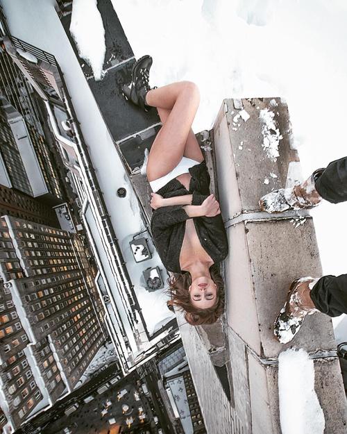 Foto Model Hot di Atas Gedung Kota New York Karya Mar Shirasuna