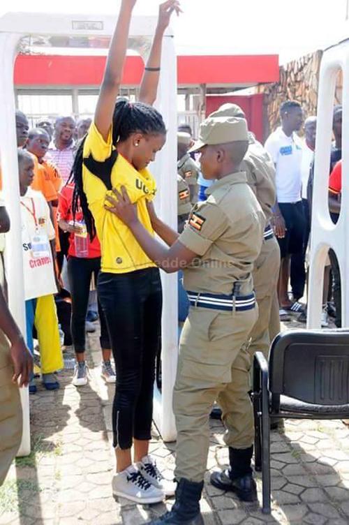 Foto Bukti Petugas Security Check Cari Untung Saat Bertugas