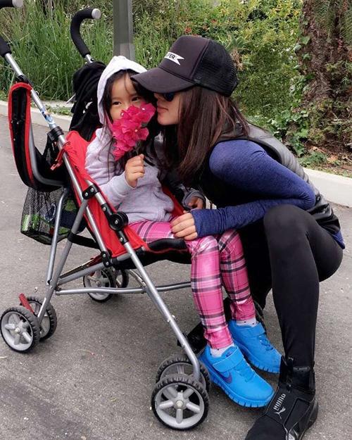 Foto: Adinda Bakrie Asyik Hangout Bareng Anak di Coachella