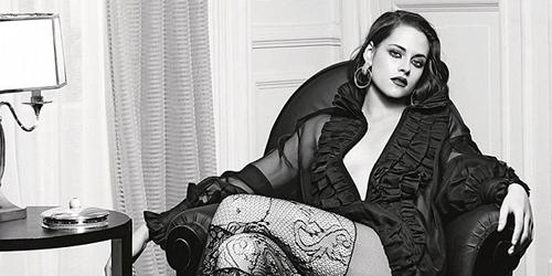 Foto Kristen Stewart Pamer Belahan Dada Seksi di Iklan Chanel