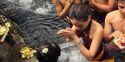 Foto Mandi Suci di Tirta Empul Bali, Nikita Mirzani Dituduh Murtad