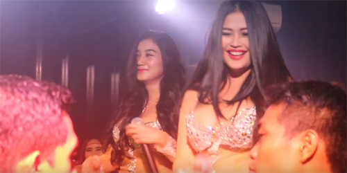 Heboh Video Hot Duo Serigala Goyang Erotis di Klub Malam