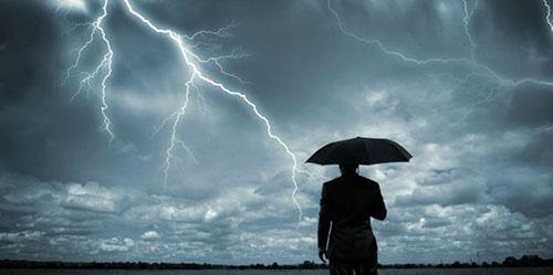Main Ponsel Saat Hujan Bisa Memicu Petir?