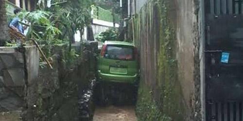 Terseret Arus Banjir, Mobil Ini 'Parkir' di Saluran Air