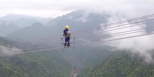 Video: Ada Pekerjaan Melintasi Awan di China