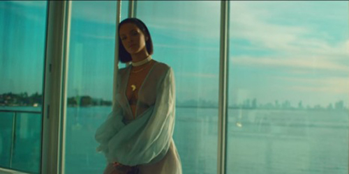 Hot! Rihanna Berbaju Transparan di Video Klip 'Needed Me'
