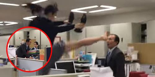 Video: Kesal, Wanita ini Tendang Wajah Bos Pakai Kaki