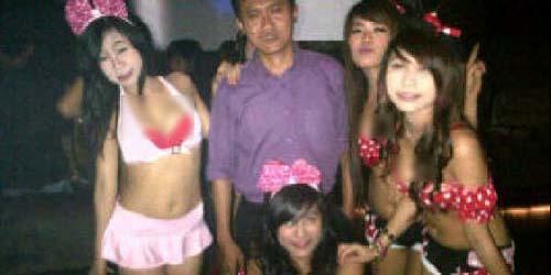 Arya Wiguna Foto Bareng 4 Sexy Dancer Saat Main ke Klub Malam