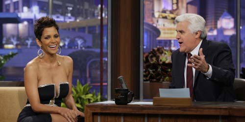 Belahan Payudara Halle Berry Bikin Terpana Jay Leno