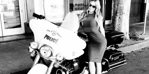 Bentuk Tubuh Aduhai Carmen Electra Mampu Hipnotis Polisi