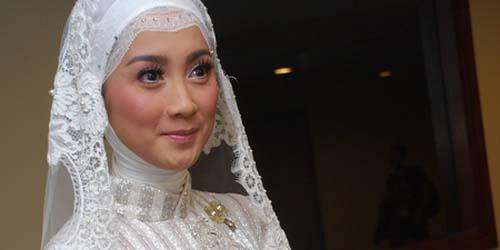 Calon Suami Desy Ratnasari Kepergok Gandeng Seorang Model ?