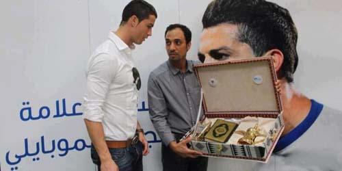 Diberi Hadiah Al Quran, Cristiano Ronaldo Masuk Islam?