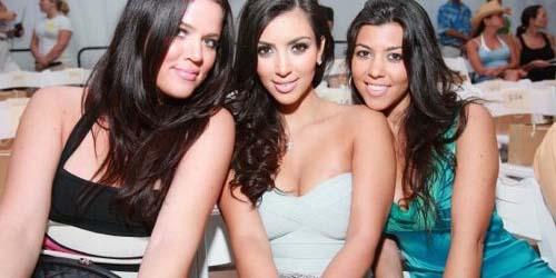 Foto Pemotretan Bikini Pertama Kim Kardashian dan Saudarinya