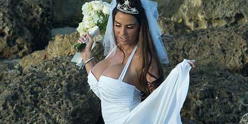 Gaun Pernikahan Melorot, Katie Price Pamer Payudara