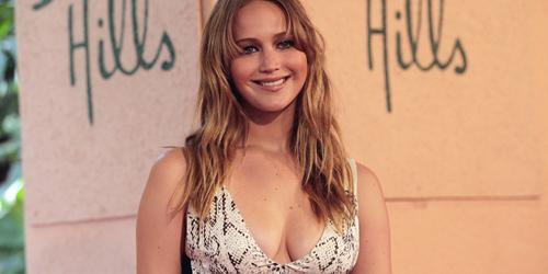 Kenakan Gaun Belahan Dada Rendah, Payudara Jennifer Lawrence Hampir