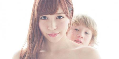 Majalah Jepang Dicekal Karena Foto Topless Tomomi AKB48 dengan Dada Dipegang Anak Kecil