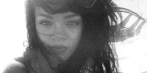 Makin Liar, Rihanna Pamer Foto Hisap Lintingan Ganja