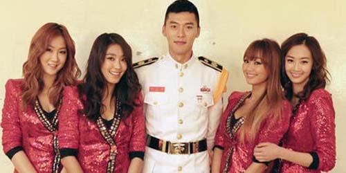 Masih Wajib Militer, Hyun Bin Berpose Foto Dikelilingi Wanita Seksi