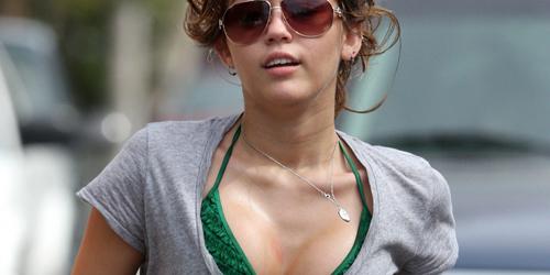Miley Cyrus Beradegan Seks di LOL