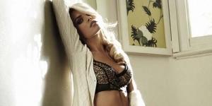 Abbey Crouch Tampil Sensual Di Majalah Cosmopolitan