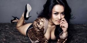 Alasan Model Seksi Devi Liu Foto Mesra Bareng Ariel