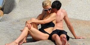 Ganti Pacar Lagi, Paris Hilton Bermesraan di Tepi Pantai