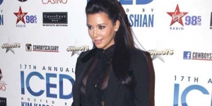 Hamil, Kim Kardashian Pakai Gaun Transparan di Acara Red Carpet