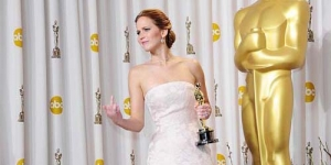 Jennifer Lawrence Acungkan Jari Tengah di Oscar