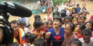 Julia Perez Berbasah-basahan Bareng Korban Banjir