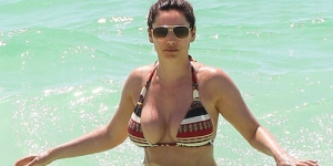 Kelly Brook Lepas Bikini di Pantai