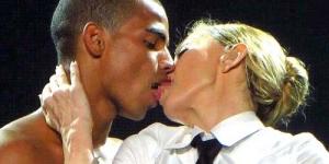 Konser di Brazil, Madonna Cium Mesra Berondongnya Diatas Panggung