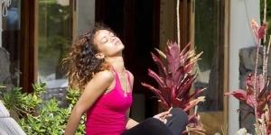 Liburan di Hawaii, Rihanna Menikmati Rokok Ganja