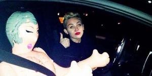 Miley Cyrus Rayakan Natal dengan Boneka Seks