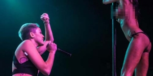 Miley Cyrus Tampil Vulgar dengan Penari Bugil saat Konser di California