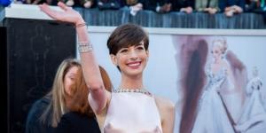 Pakai Gaun Berdada Mirip 'Puting', Anne Hathaway Dibully