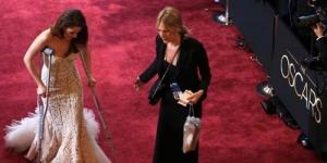 Pakai Tongkat, Kristen Stewart Pincang saat Hadiri Oscar 2013