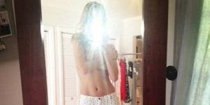 Pamer Celana Baru, Rosie Huntington Malah Topless