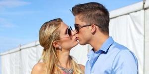 Paris Hilton Pamer Ciuman dengan Berondongnya di Tempat Umum