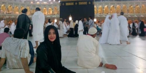 Pergi Umrah, Dewi Perssik Malah Dilamar 2 Pria Arab