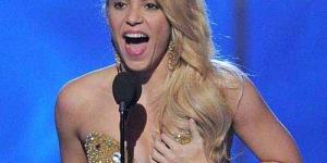 Raih Penghargaan Grammy Shakira Pegang Payudaranya