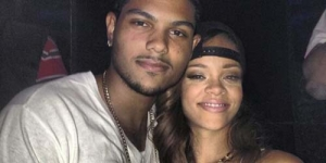 Rihanna Beri Ciuman Mesra Penggemarnya