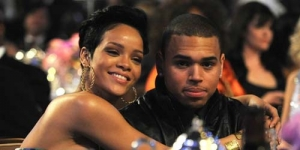 Rihanna Pamer Foto Memeluk dan Cium Mesra Chris Brown di Twitter
