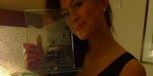 Salut! Agnes Monica Raih Piala 'Shorty Awards' di New York