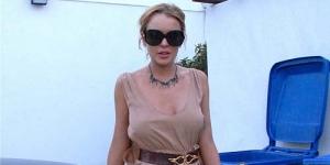 Ups! Mencoba Tampil Elegan, Lindsay Lohan Lupa Pakai Bra